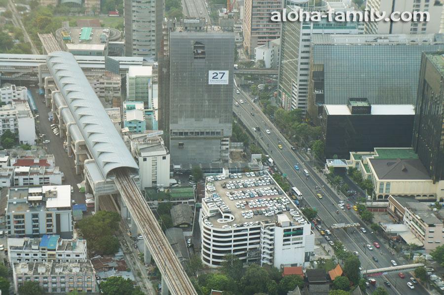 Наземная ветка метро и парковка на соседней крыше выглядят игрушечными с высоты 77 этажей, даже на максимальном зуме))