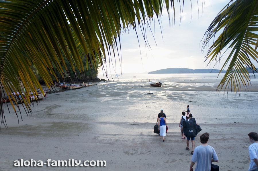 На пляже Nopparat Thara в Ао Нанге очень сильные отливы - туристы идут к своей лодке пешком по отмели)))