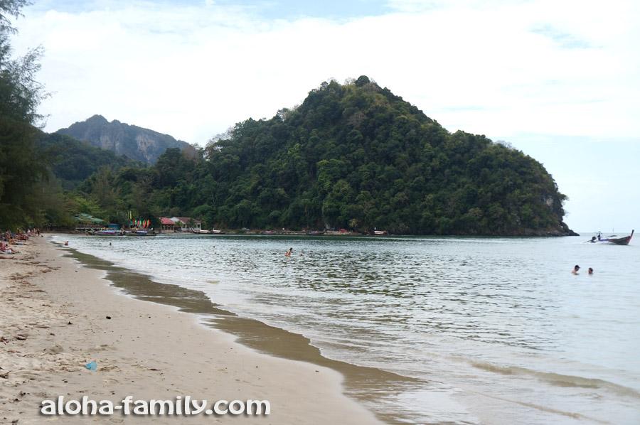 Пляж Ноппарат Тара в Ао Нанге во время прилива (не супер-пупер, но освежиться можно)