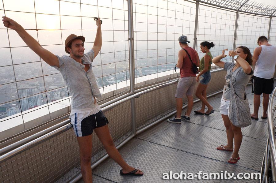 Туристы фотографируются на вращающейся площадке 84-го этажа