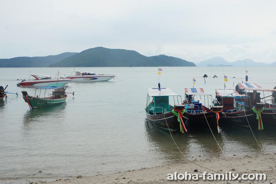 Вид с южного пляжа на Самуи Thong Krut на соседние необитаемые острова