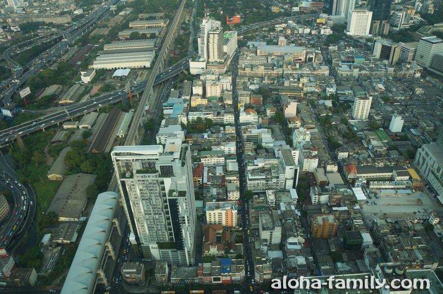 Вид вниз сквозь стекло на 77-м этаже Baiyoke Sky