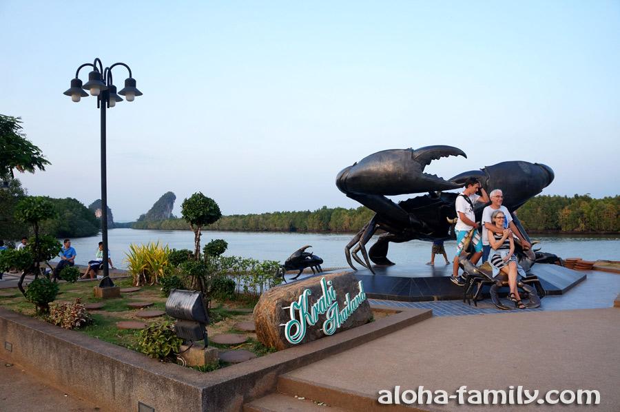 Бронзовые крабы - популярное туристическое место в центре Краби Тауна