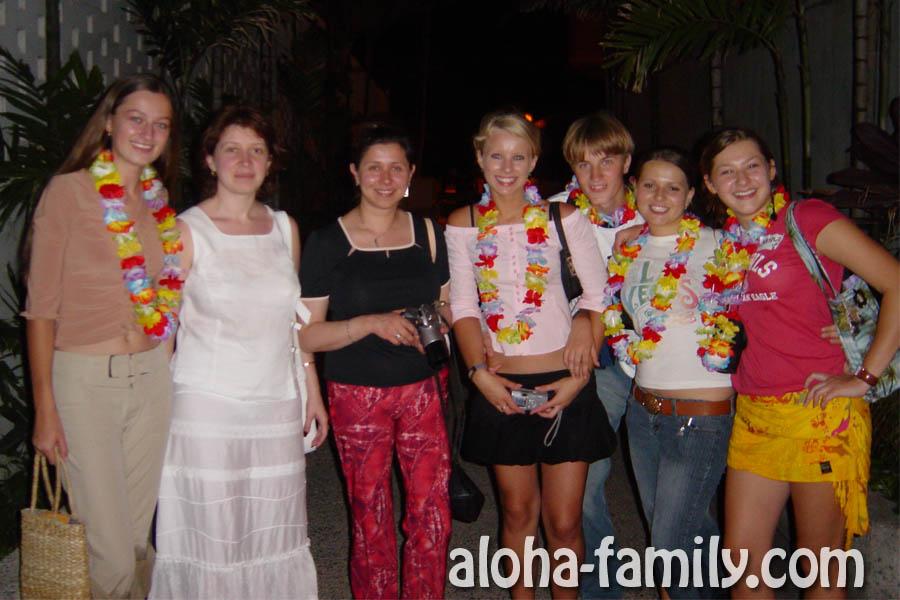 Веселимся и гуляем по вечернему Гонолулу с другими студентами по обмену - встретили туристов)