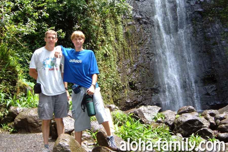На одном из водопадов Оаху с Дагом - главой нашей семьи в США