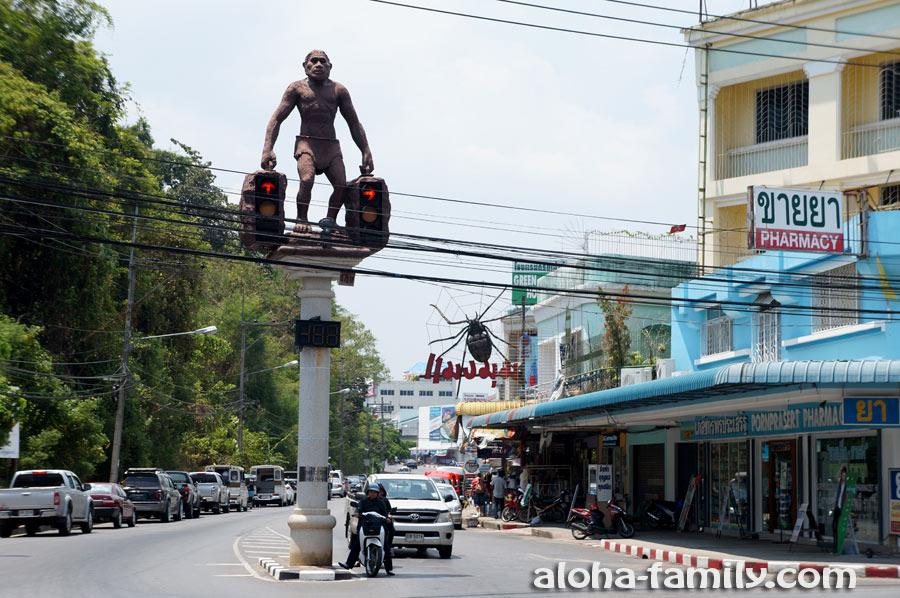 Необычные статуи-светофоры в центре Краби