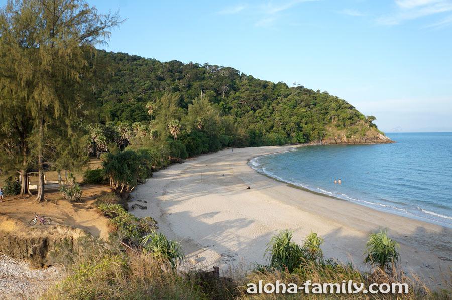 Широкий пляж национального парка (вид снят с тропы по дороге на маяк)