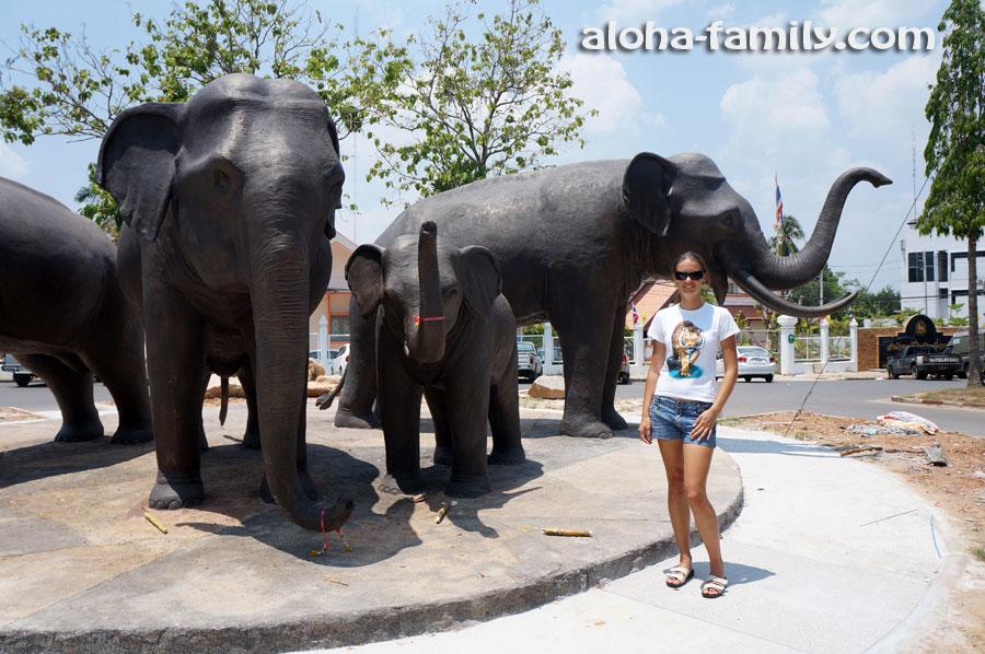 Статуи слонов в Краби Таун