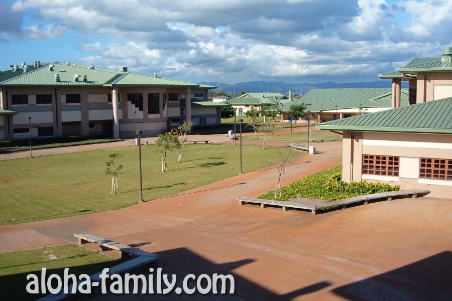 Территория школы просто огромна - в кадре даже не пятая ее часть! У нас было 4 основных корпуса и множество дополнительных зданий поменьше.