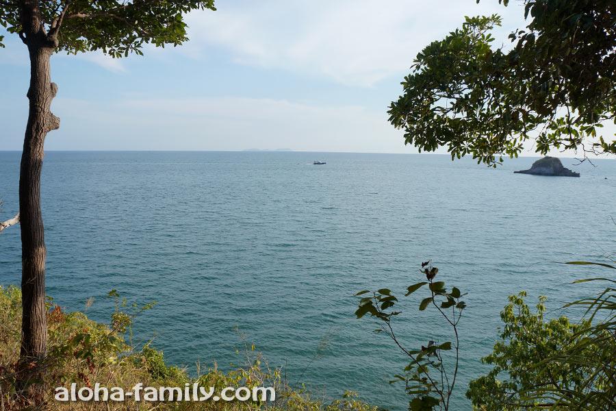 Вид с тропинки пешего маршрута на Андаманское море и его острова