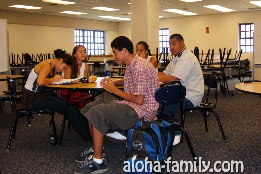 Заскучавшие ученики выпускного класса за круглым столом на Social studies в Kapolei High