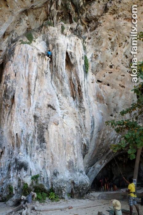 Бесстрашные скалолазы возле пещеры Phra Nang