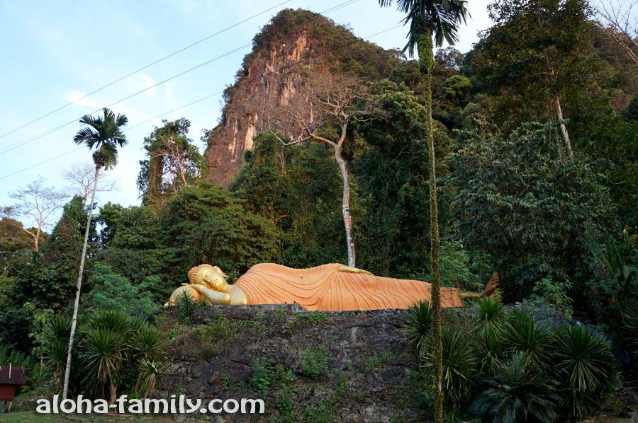 Лежащий Будда притаился примерно в километре от Tha Pom. Кстати, вы знаете почему он лежит? =)