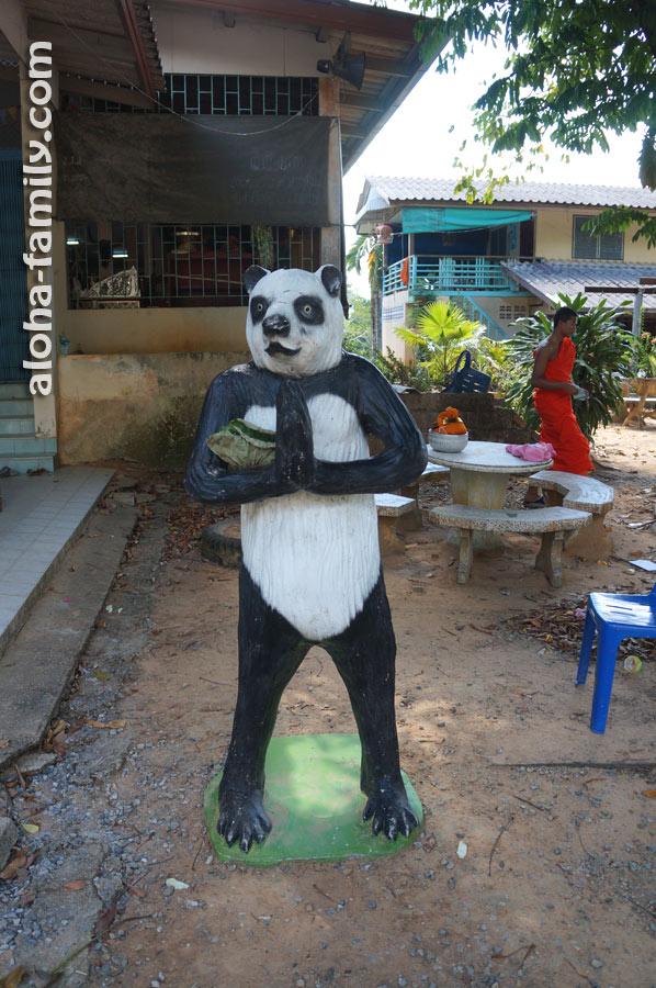 На входе в храм гостей встречает панда (неожиданно!)))