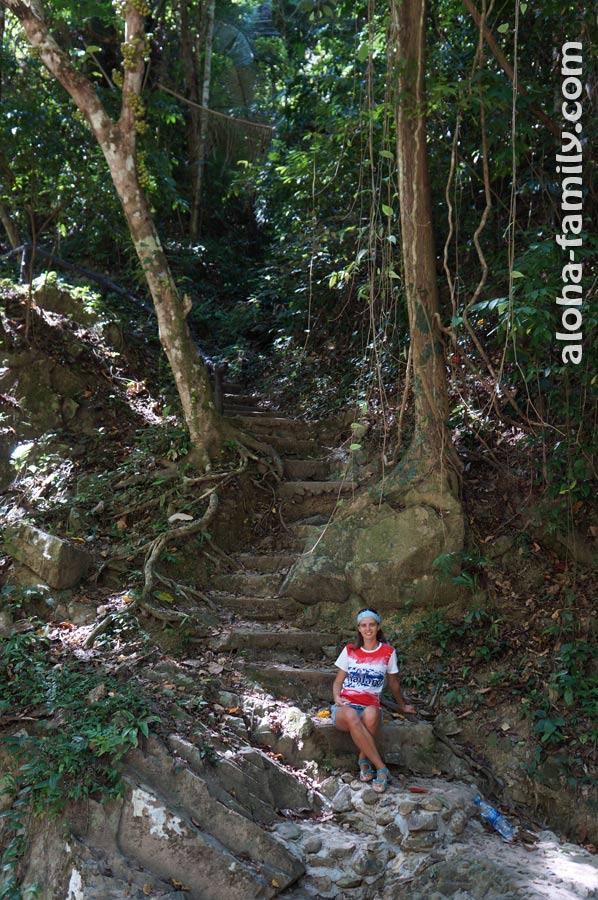 В начале подъёма к водопадам есть ступеньки, но дальше дорога становится всё сложнее