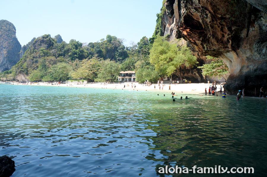 Вид из грота на пляж Прананг