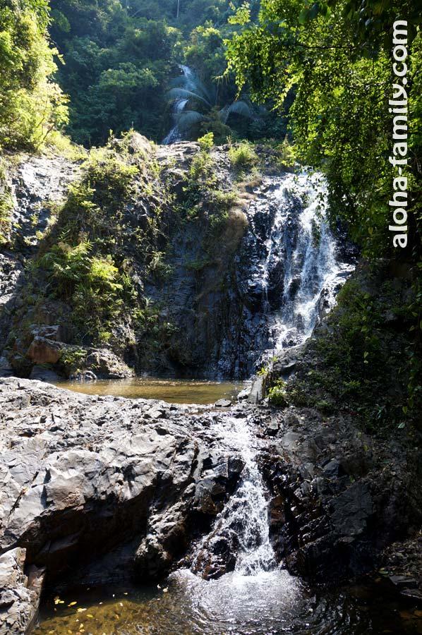 Первые ступени водопадов Huay Tho в Краби (остальные находятся гораздо выше и скрыты растительностью)