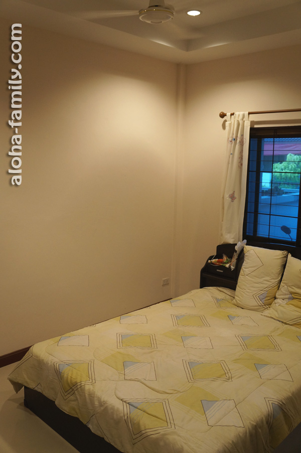 Гостевая спальня с окном и потолочным вентилятором