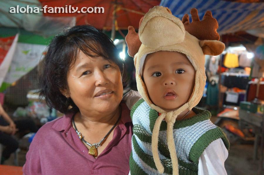 А вот и местная бабушка с внуком на вечернем базаре =))