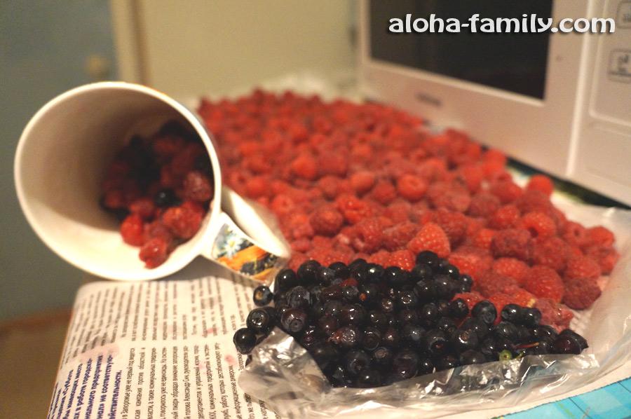 Мы объедаемся ягодами (диковинными для Таиланда, например)))