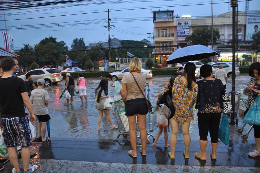 Народ ожидает такси возле Market Village после дождя 6 октября 2013