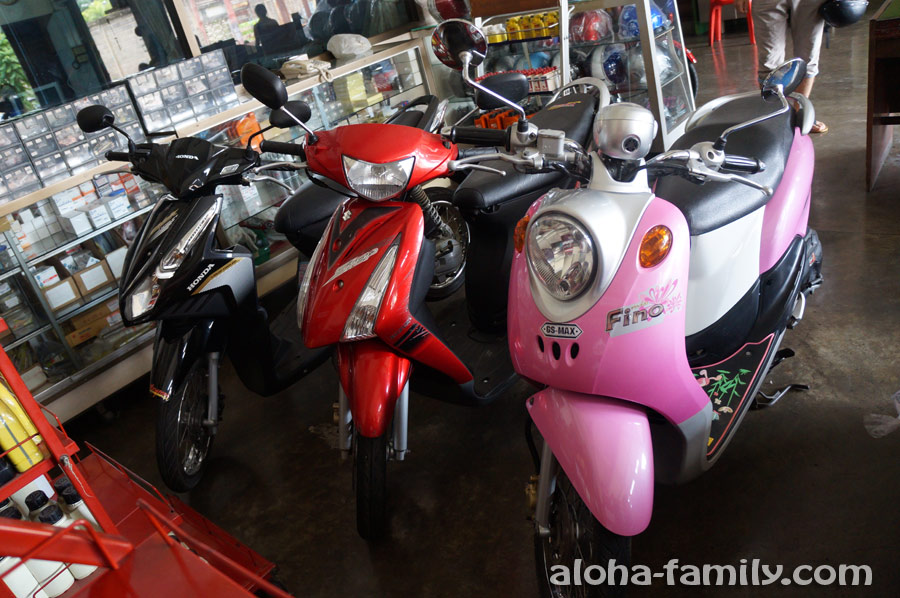 Три байка, выставленные на продажу в нетуристическом городке Пранбури (слева направо 26, 19 и 16 тысяч бат)
