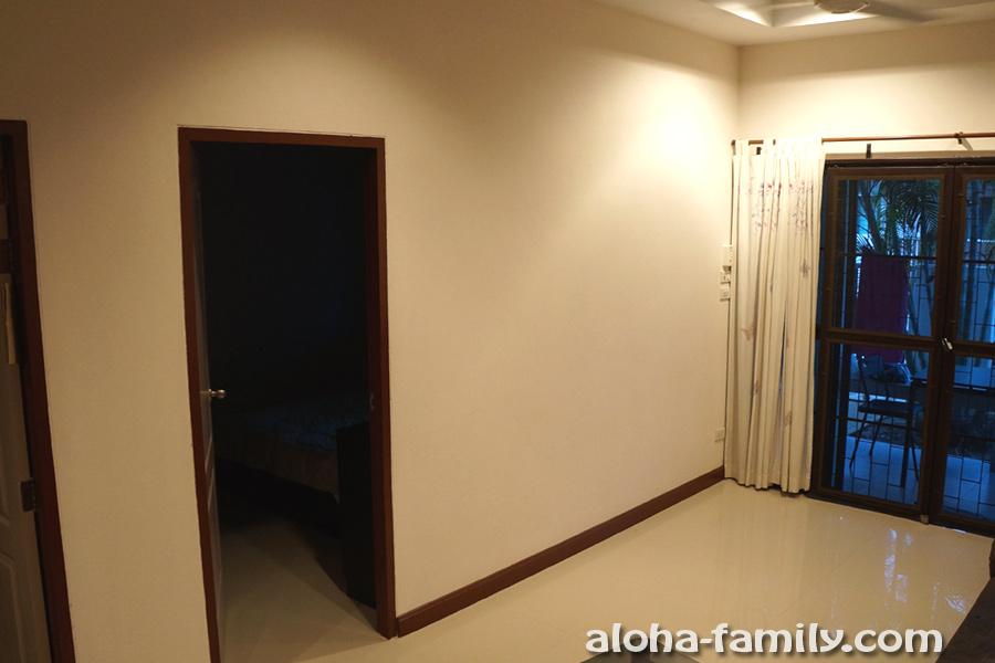 Вид на веранду от телевизора и 2 двери, ведущие в спальни