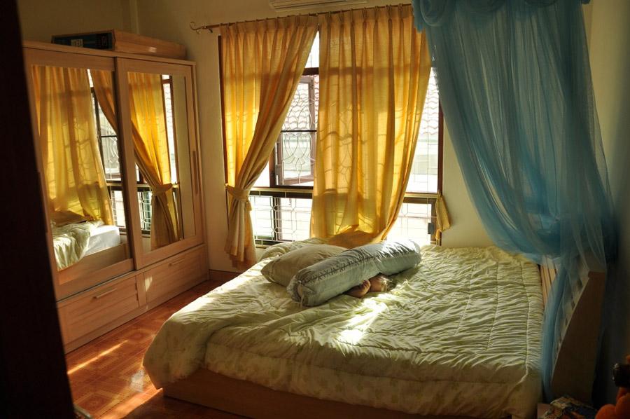 Раньше тут спал Колян, но мы временно отобрали у ребёнка кроватку)))) Сорри, Коленька!)))