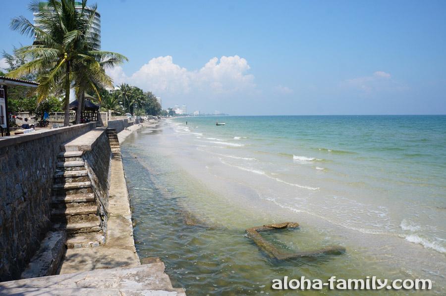Часть пляжа в Хуа Хине уходит под воду во время приливов
