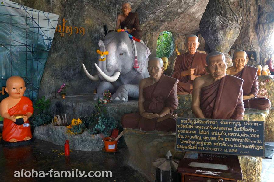 Фигурки монахов неподвижны, но выглядят почти как живые
