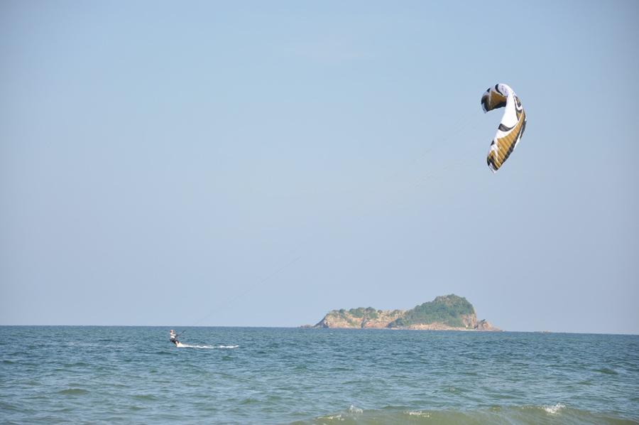 Кайтсёрфинг возле Хуа Хина на фоне двух необитаемых островов