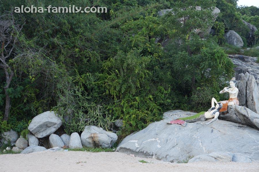 Мифические скульптуры на пляже