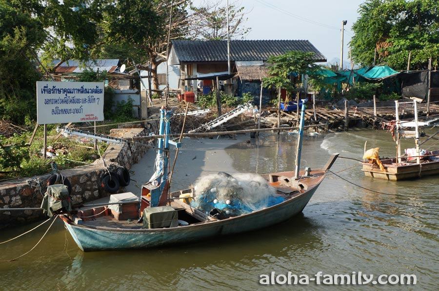 Сначала мы шли вдоль спокойного канала с рыбацкими лодками