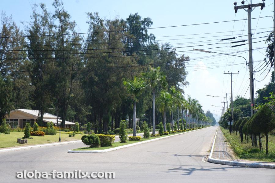Симпатичная и безлюдная дорога идёт вдоль пляжа Suan Son (казуарины видны по левую сторону от дороги)