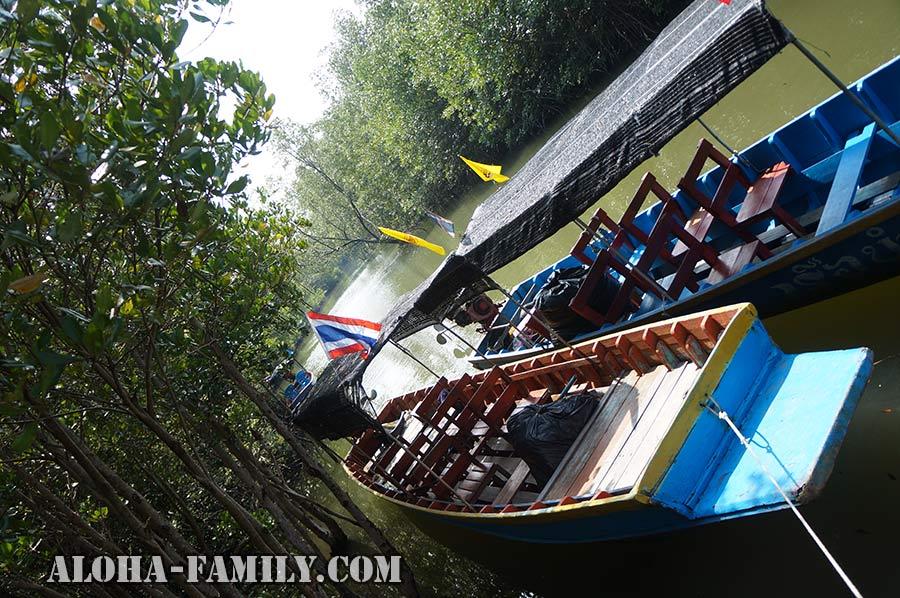 Прогулочные лодки на реке Пранбури