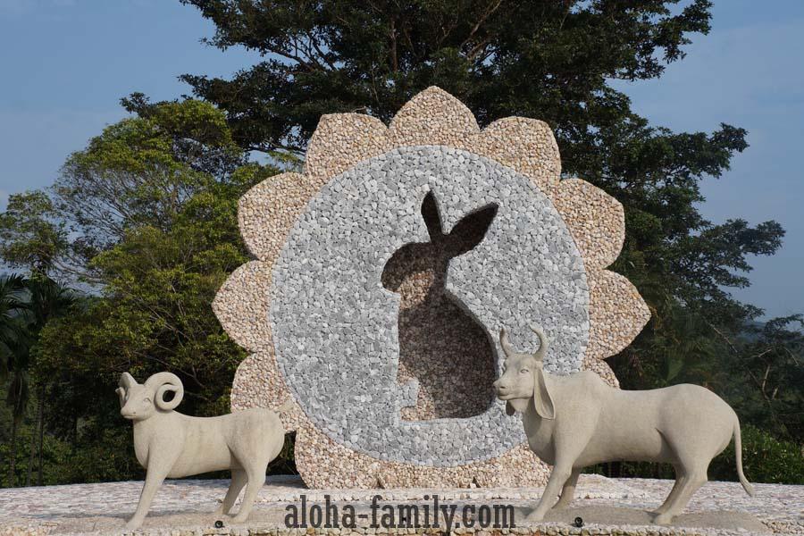Кролик, вероятно, символизирует год возведения скульптур (2011) - но это всего лишь наша догадка