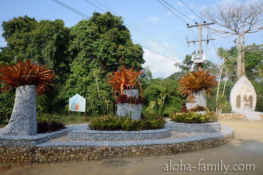 Вот так выглядит дорога возле Magic Garden - сад начинается слева от этой композиции