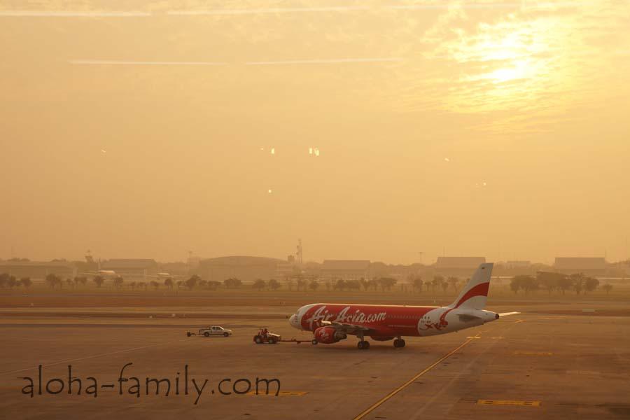 Самолёт Air Asia, мы в аэропорту Дон Муанг 31 декабря 2013