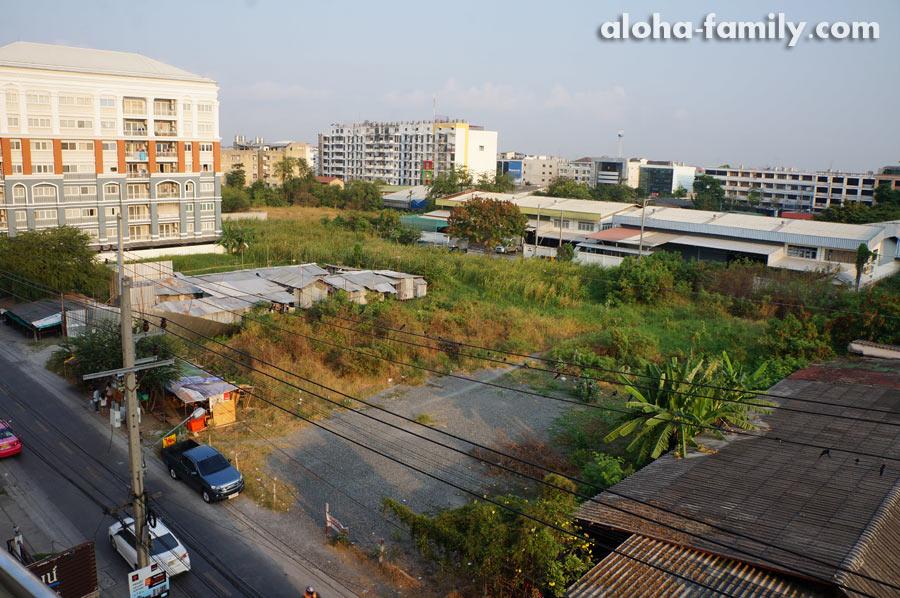 Вид из окна арендованного на одну ночь кондоминиума в нетуристическом Бангкоке (район Бангна)