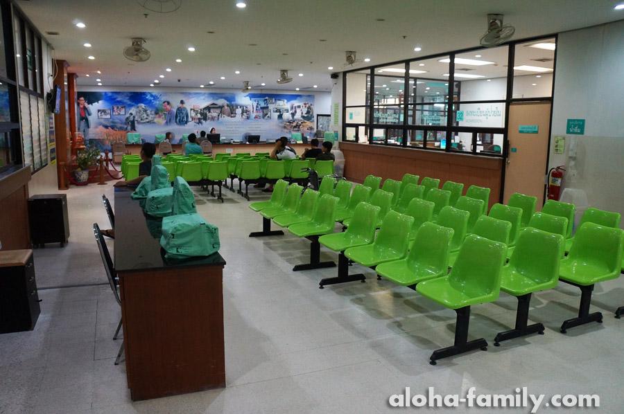 Общий холл в Хуа Хин госпиталь, но это вечернее фото, а утром тут обычно сотня человек сидит