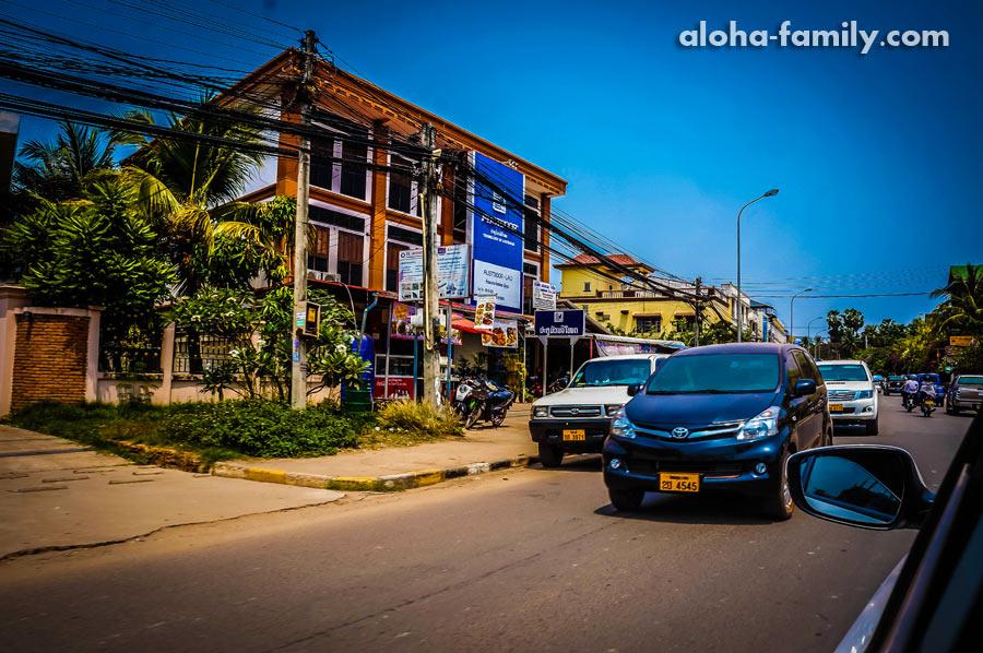 Что не так? Движение в Лаосе правостороннее))) непривычно уже!