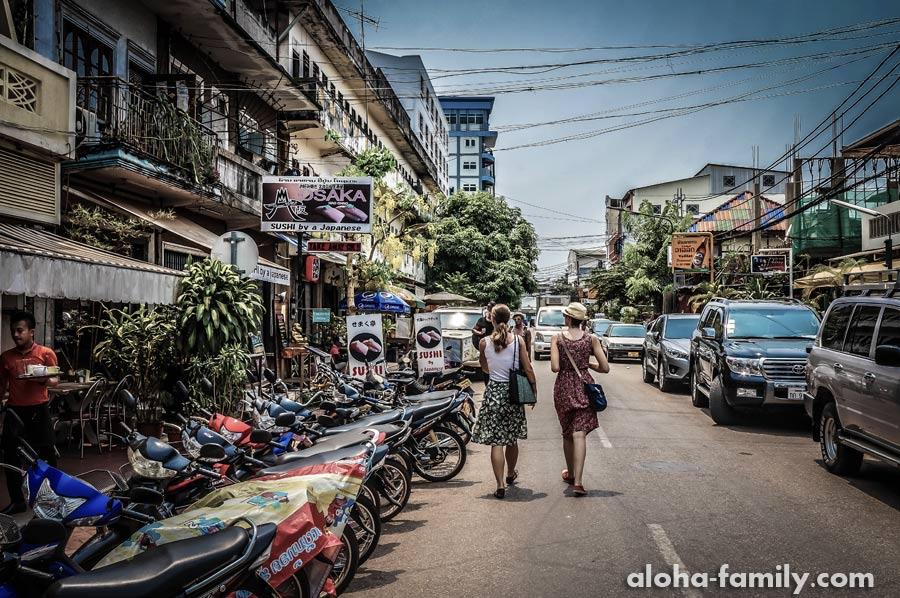 На улицах Вьентьяня в 1000 раз меньше фарангов, чем в Бангкоке, но они есть