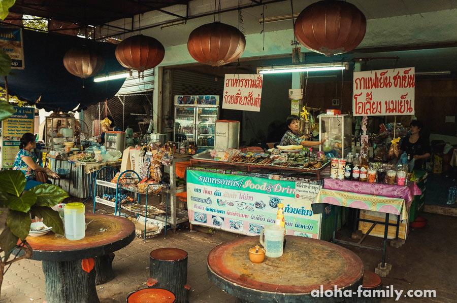 """Привокзальная """"жральня"""" с сотней вкусняшек в городке Нонг Кхай"""
