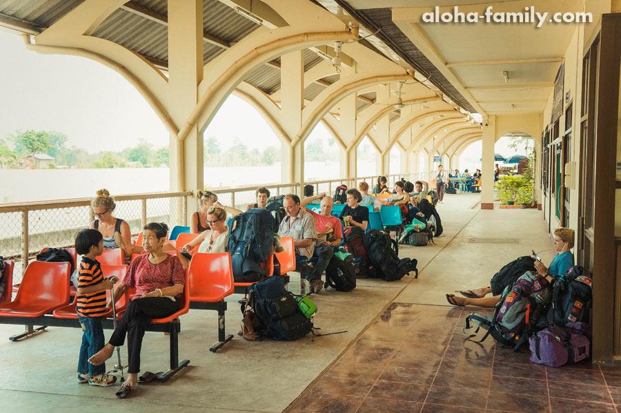 Все ждут электричку в Таиланд