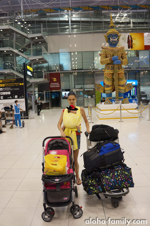 Лена и Оливка с нашим багажом в аэропорту Бангкока