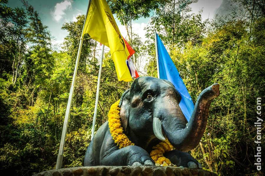 Милый слоник дежурит на входе)