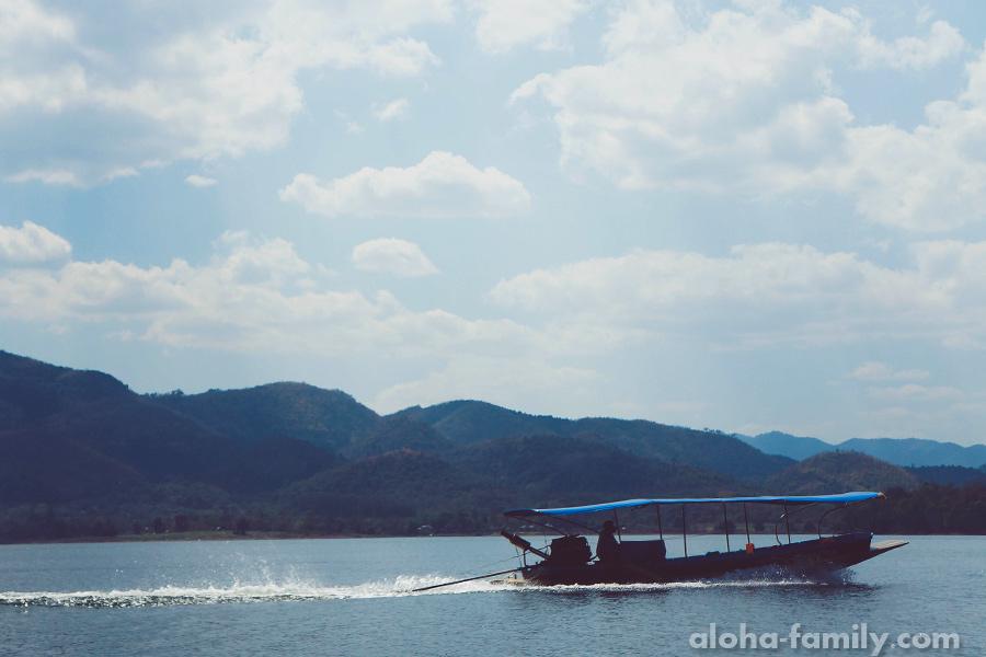 Одна из двух других лодок на озере