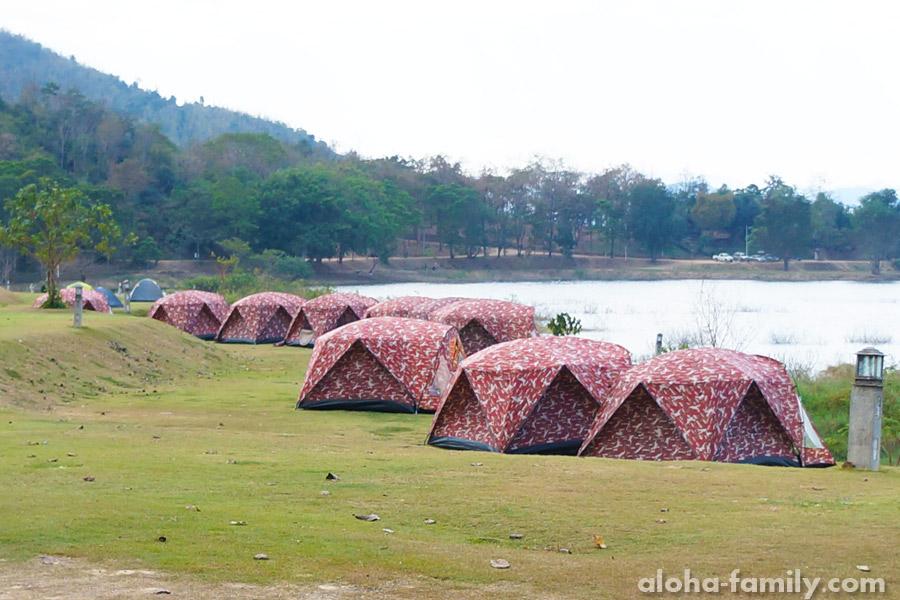 Палаточный городок на живописной площадке у озера