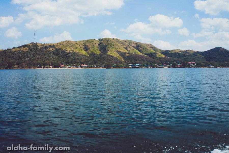 Вид с лодки - национальный парк в Таиланде