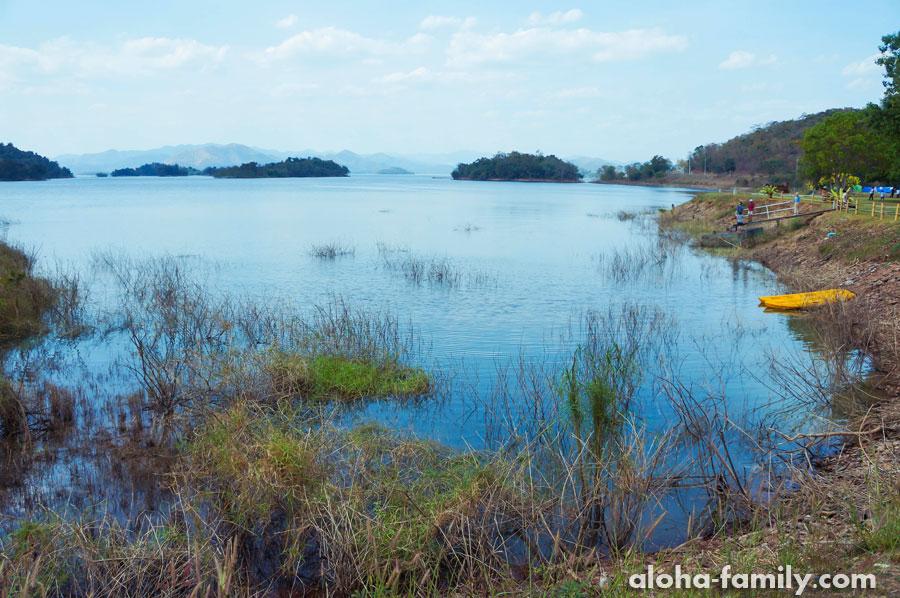 Вид на озеро со стороны домиков